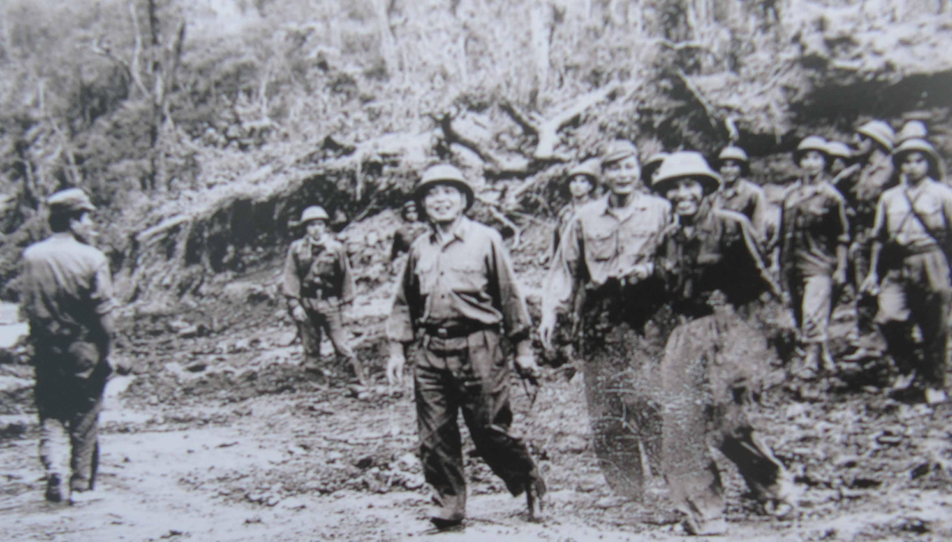 Tư lệnh Đồng Sĩ Nguyên và Chính ủy Đặng Tính hướng dẫn Đại tướng Võ Nguyên Giáp thăm Trường Sơn năm 1973