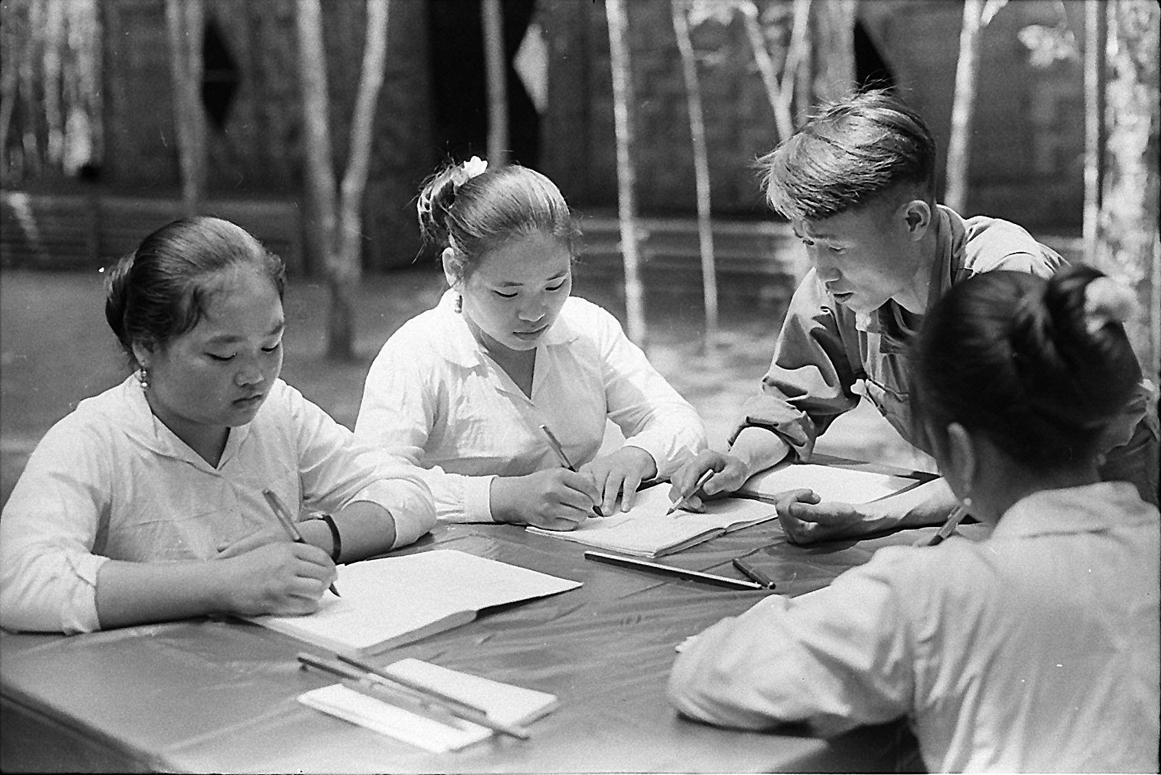 Chiến sĩ Trường Sơn giúp các cô gái Lào học văn hóa.