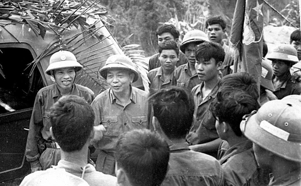 Đại tướng Võ Nguyên Giáo nói chuyện với chiến sĩ Trường Sơn tại một trọng điểm