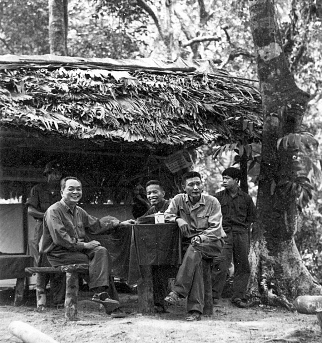 Đại tướng Võ Nguyên Giáp và Tư lệnh Đồng Sĩ Nguyên cùng Chính ủy Đặng Tính trên Trường Sơn.