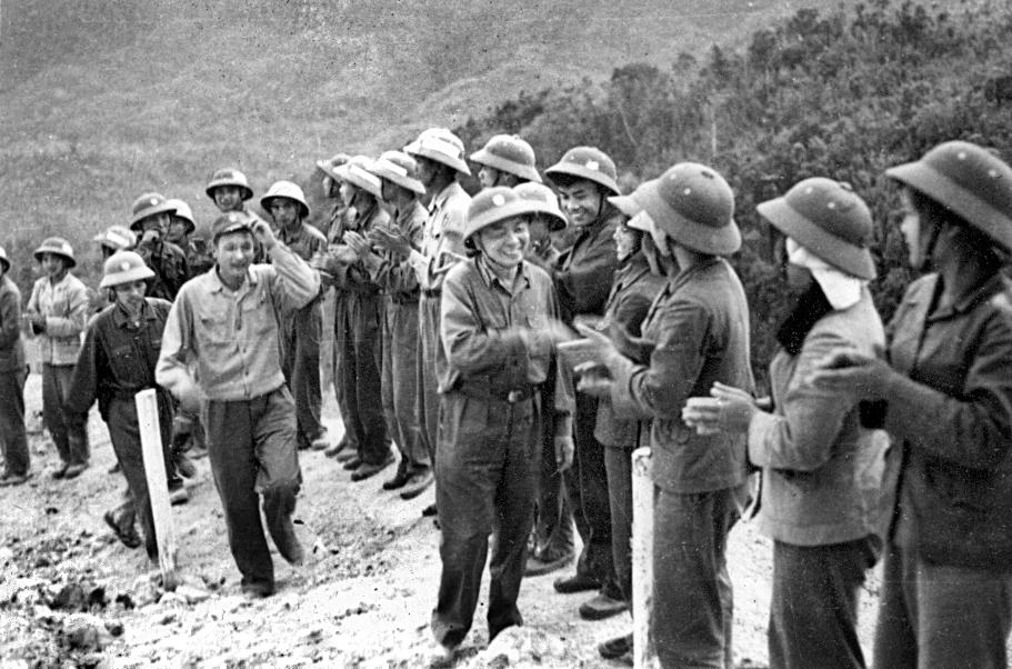 Đại tướng thăm một đơn vị công binh trên Trường Sơn, xuân 1973