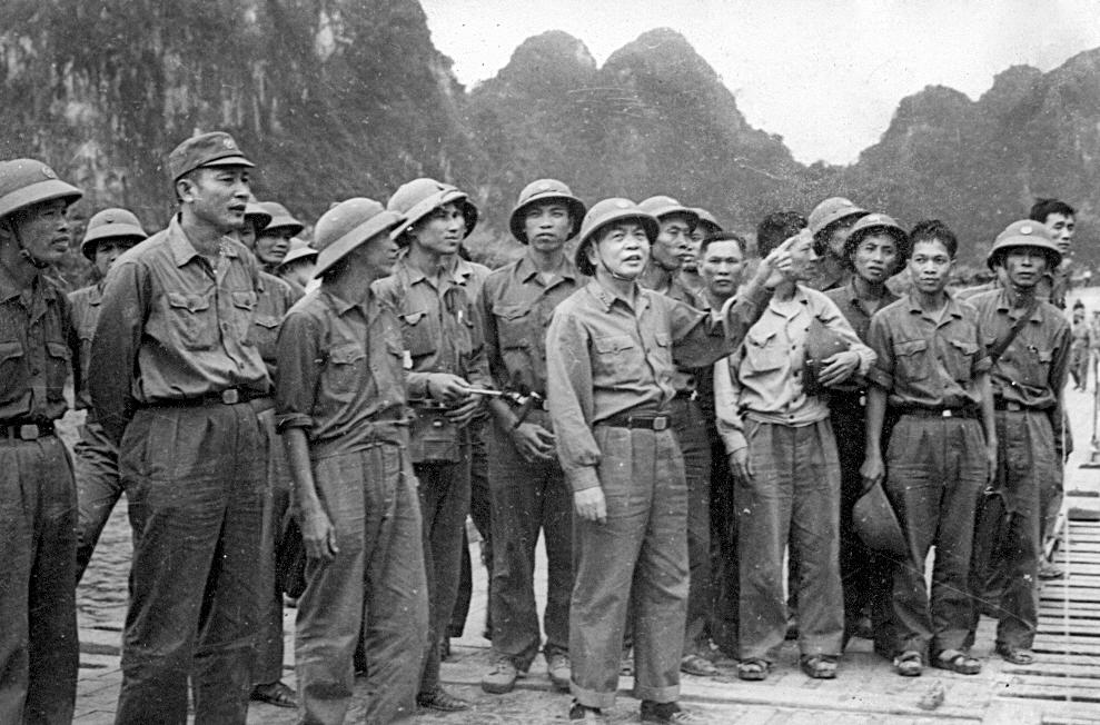 Đại tướng với đoàn cán bộ lãnh đạo Trường Sơn thị sát một trọng điểm trên Trường Sơn