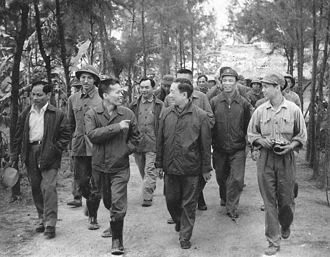 """Chính ủy Đặng Tính đón Nhà thơ Tố Hữu thăm Trường Sơn. Chuyến đi này bài """"Nước non ngàn dặm"""" đã ra đời."""