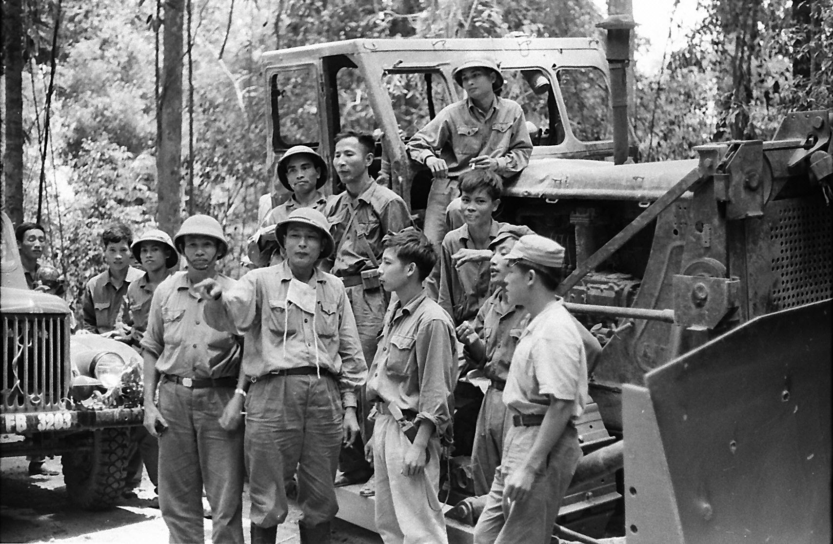 Tư lệnh Đồng Sĩ Nguyên thăm một đơn vị công binh Trường Sơn