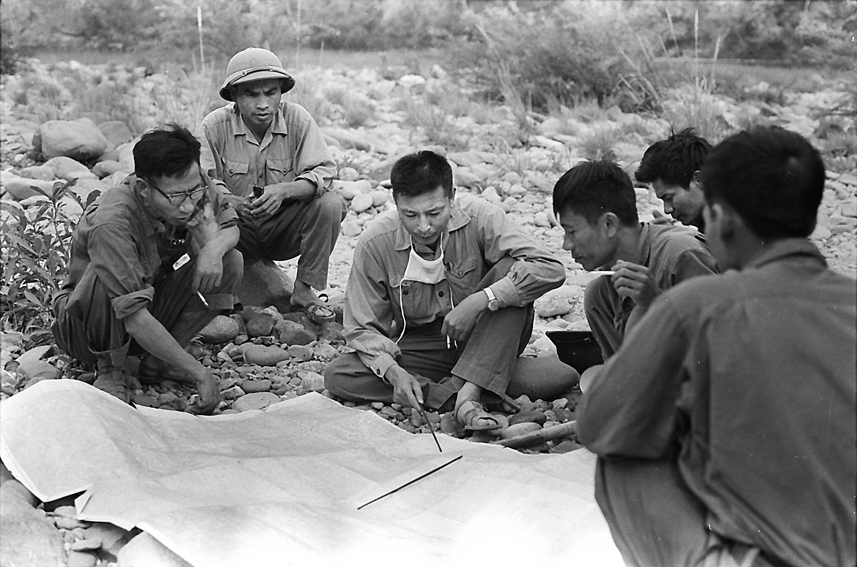 Tư lệnh Đồng Sĩ Nguyên thị sát thực địa trên Trường Sơn