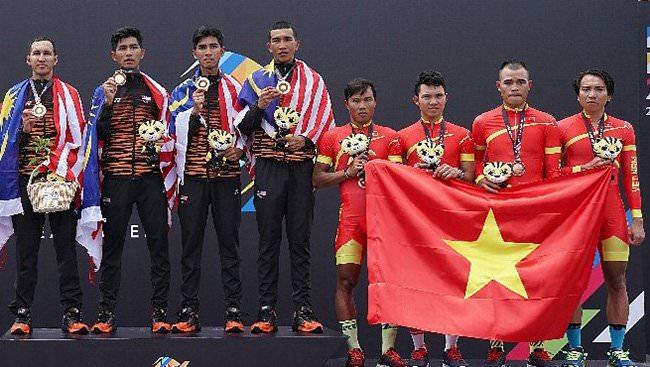 """Muôn kiểu """"trò hề"""" vơ vét huy chương của chủ nhà Malaysia"""