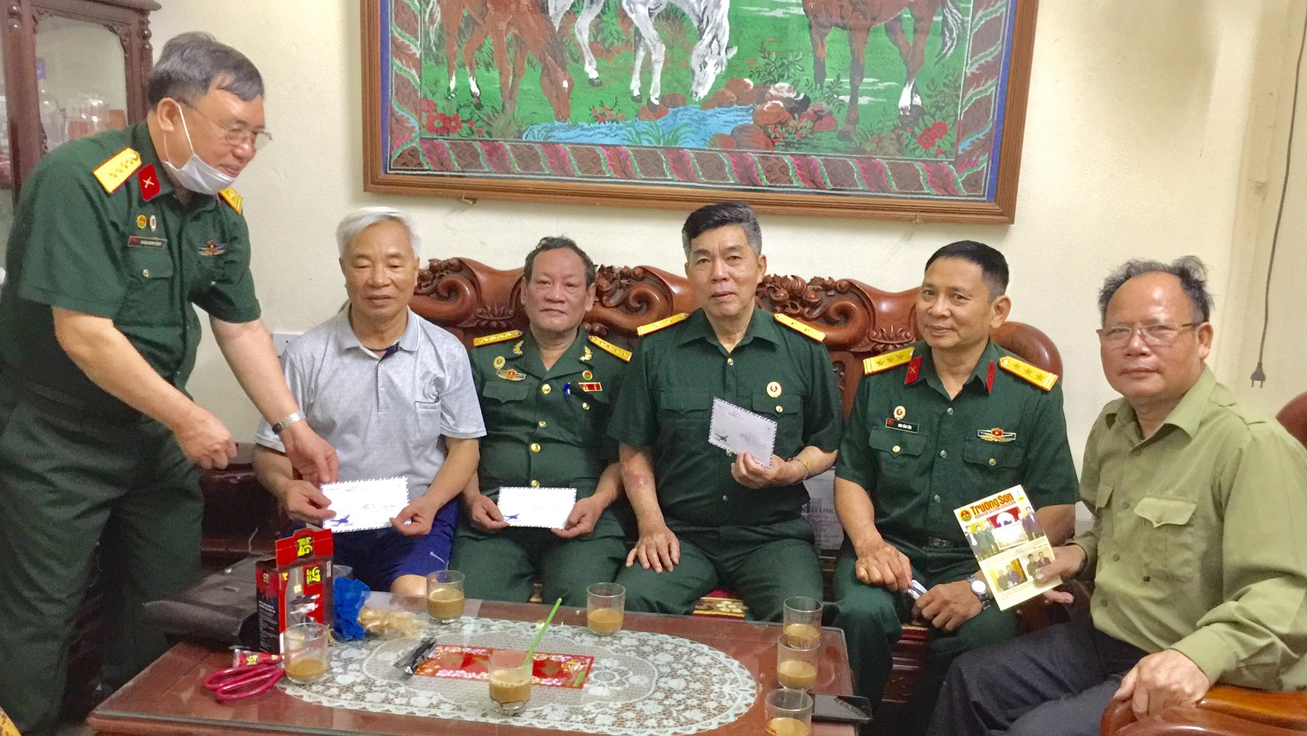 BLL Trung đoàn 17 tặng quà Hội viên và tham quan Bốt Lũ