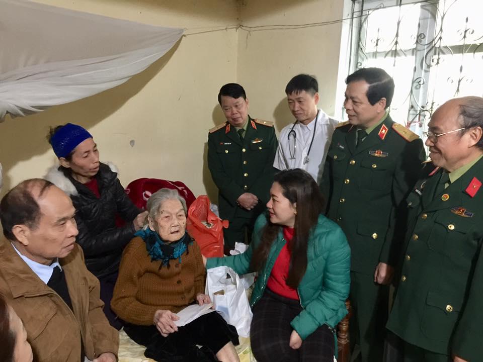 Tổng cục Kỹ thuật phối hợp với Hội Trường Sơn tỉnh Yên Bái khám cấp thuốc, tặng quà đối tượng chính sách xã Nga Quán, Trấn Yên, Yên Bái