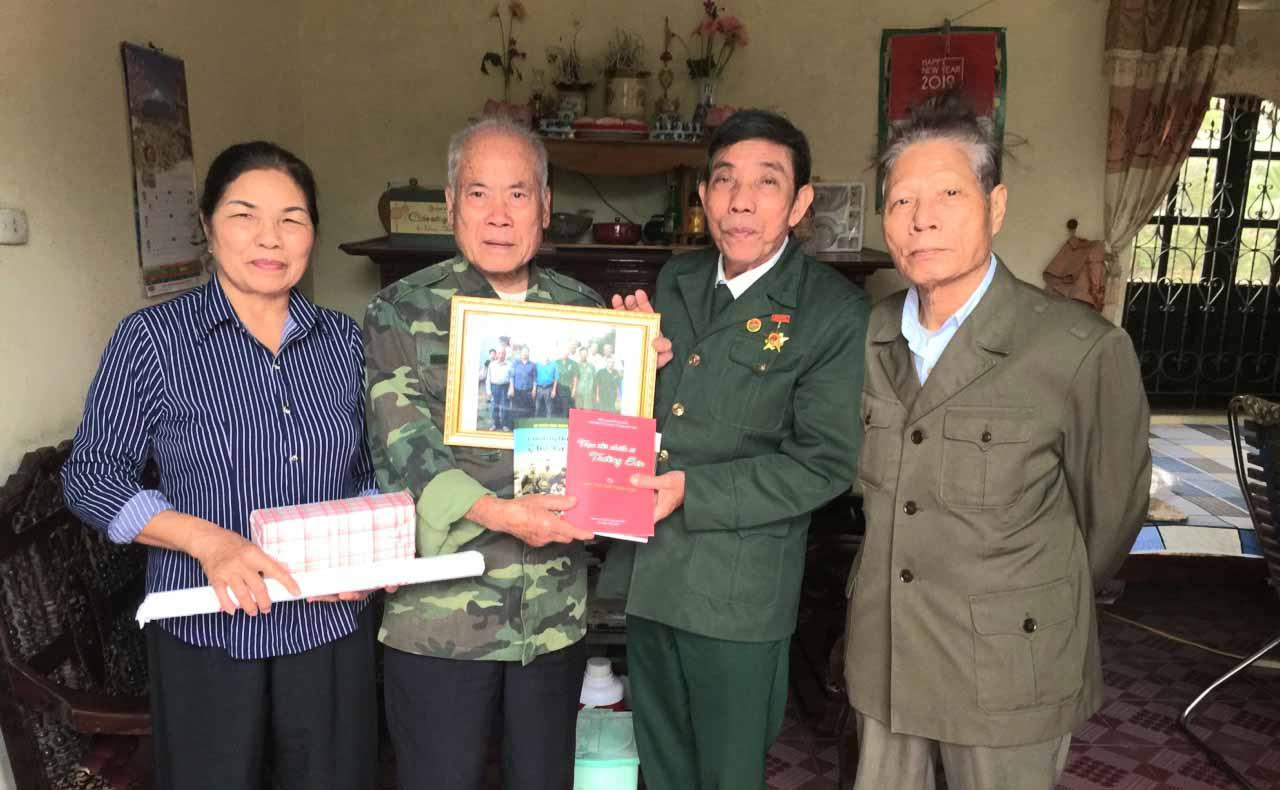 Hội TS Sư đoàn 471 Xứ Đoài tặng quà Tết hội viên