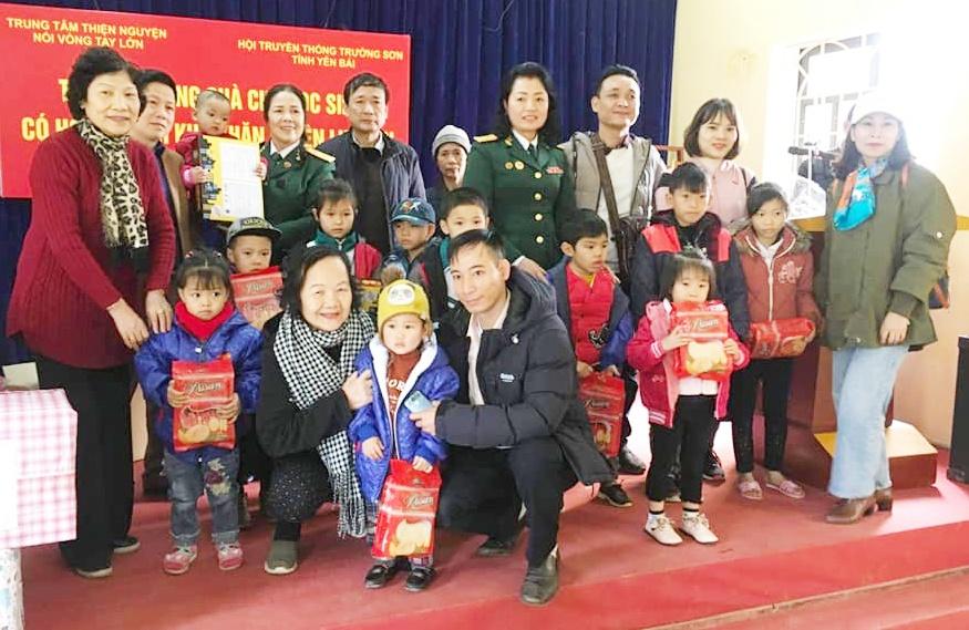 Nữ CSTS tỉnh Yên Bái hoạt động từ thiện vì học sinh thân yêu