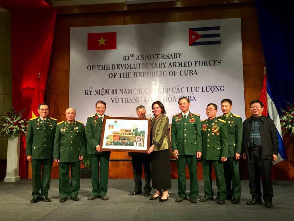 Lãnh đạo Hội Trường Sơn Việt Nam chúc mừng 63 năm thành lập LLVT Cộng hòa Cu Ba