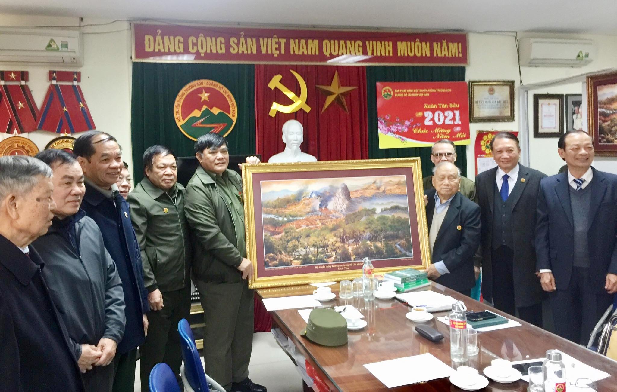 Lãnh đạo Công ty TNHH Hòa Bình thăm Hội Trường Sơn Việt Nam