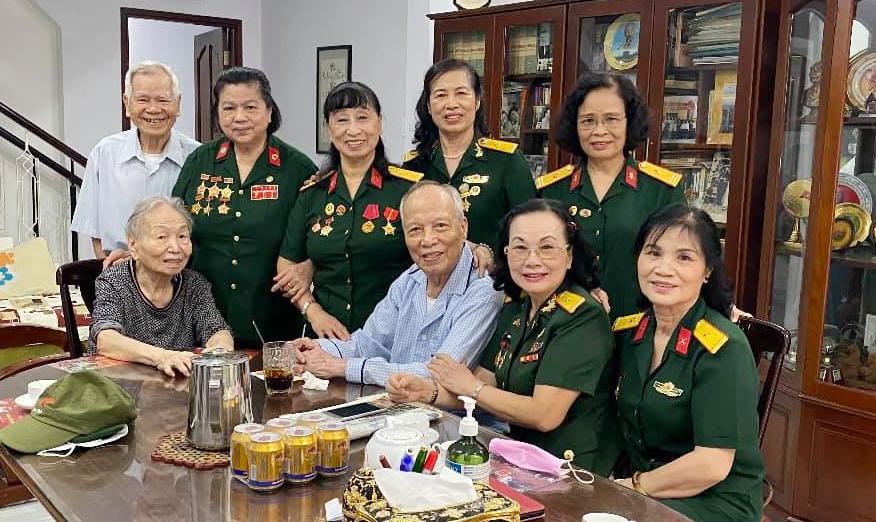 Ban Liên lạc Nữ Chiến sỹ Trường Sơn Thành phố Hồ Chí Minh đến thăm và chúc tết Thiếu tướng Phan Khắc Hy