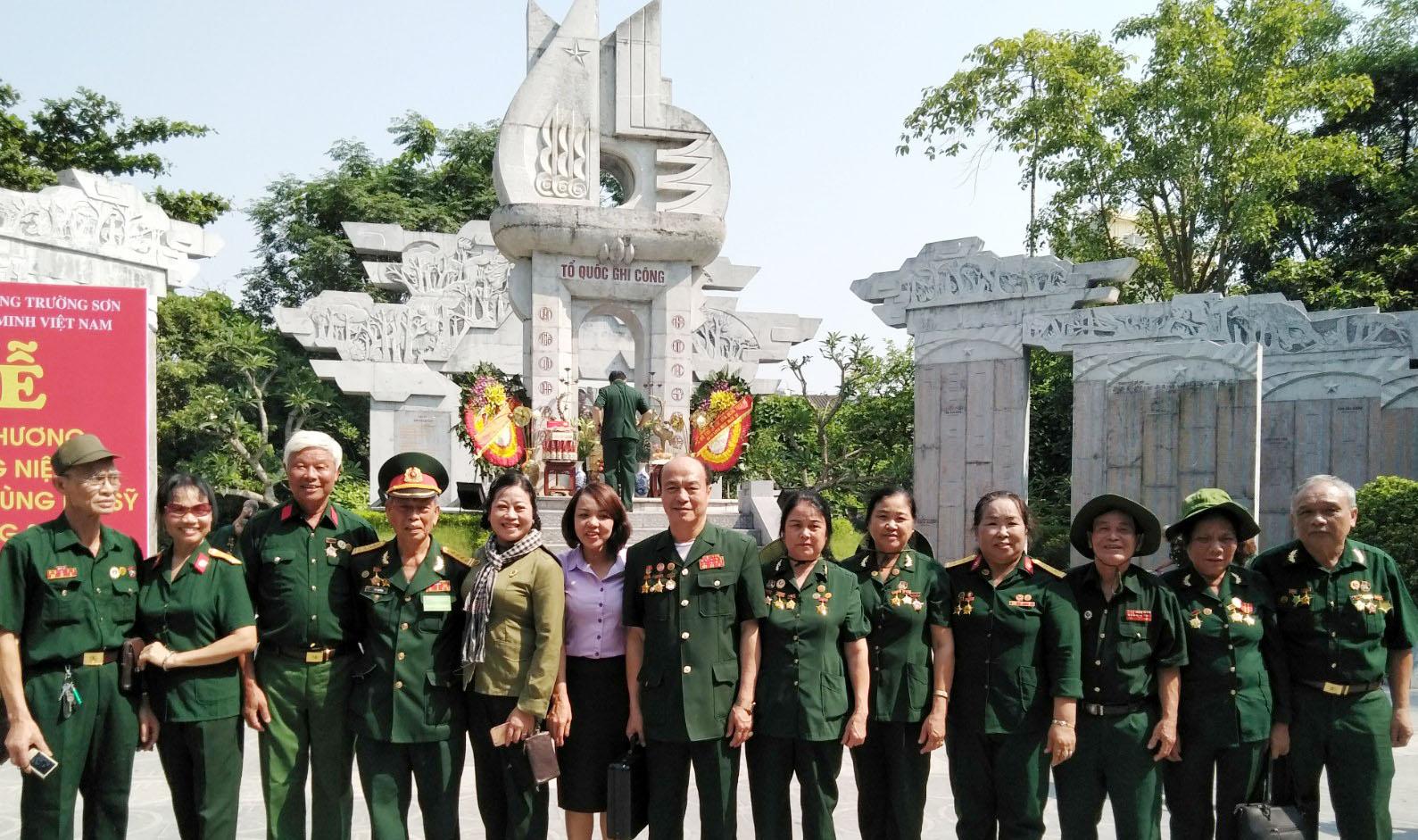Hội Trường Sơn tỉnh Lào Cai cùng với những hoạt động trong ngày dự lễ kỷ niệm 60 năm ngày mở đường Hồ Chí Minh