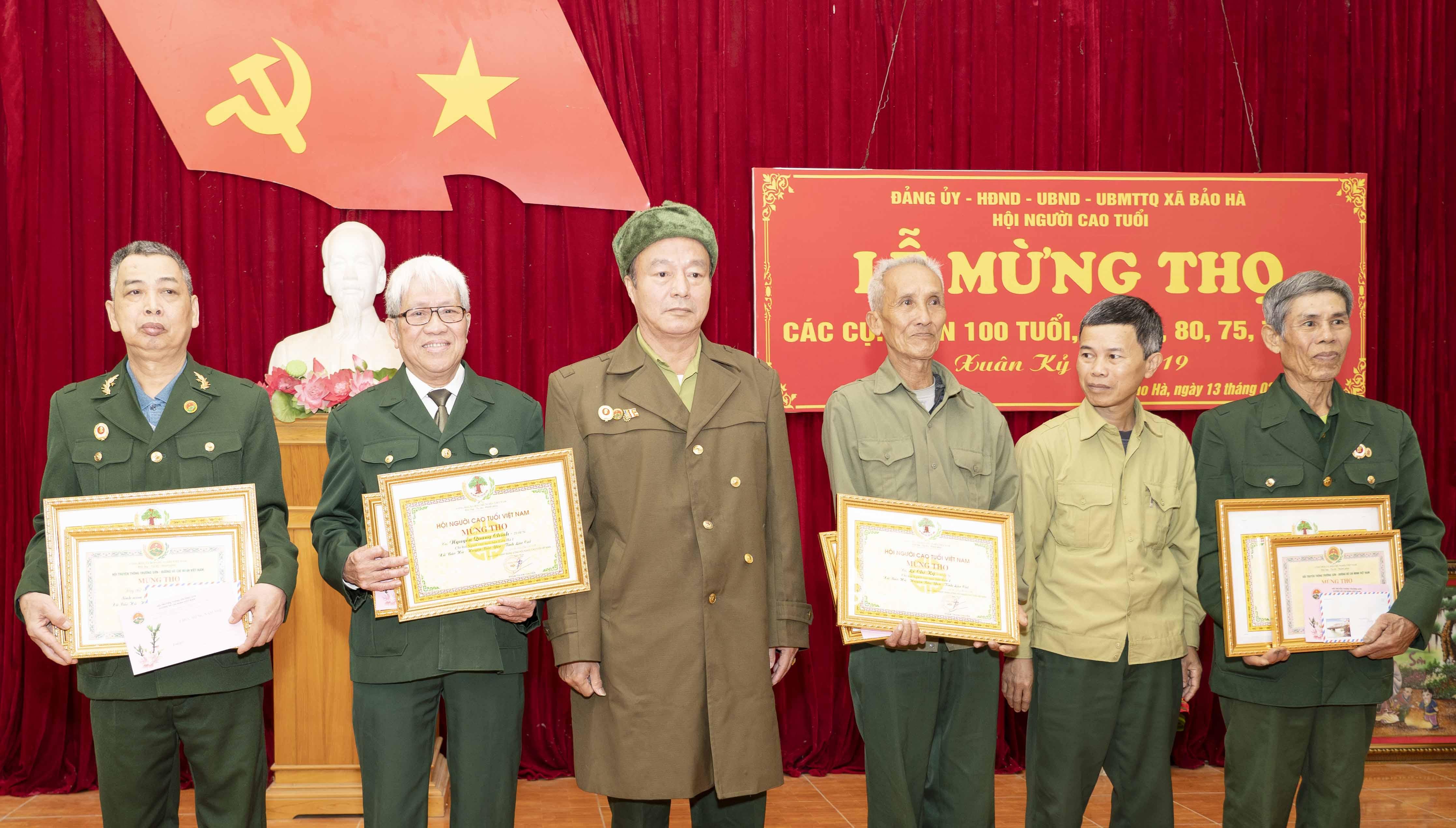 Hội TS xã Bảo Hà trao quà mừng thọ cho hội viên