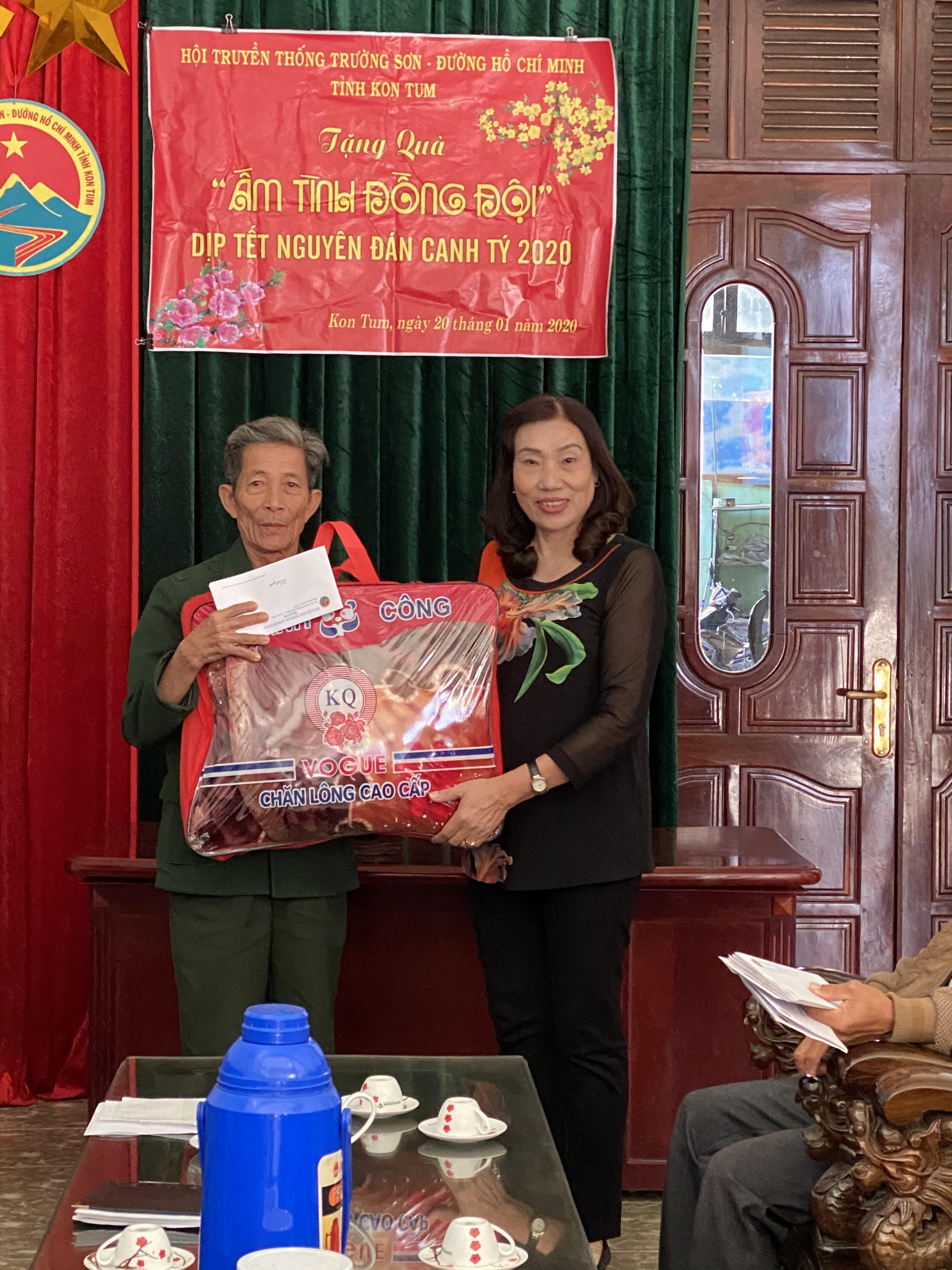 Kon Tum trao quà Tết cho hội viên nghèo
