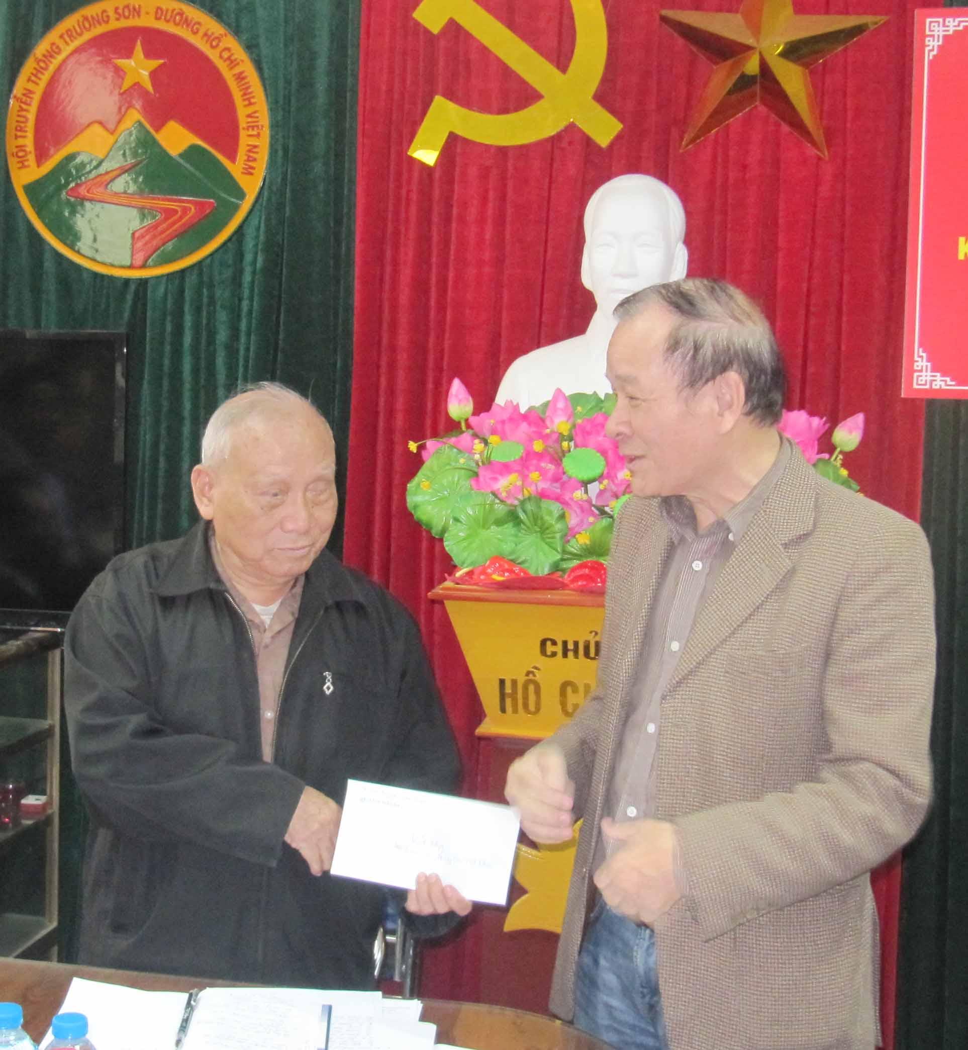 Cố vấn truyền thông đối ngoại Nguyễn Văn Vinh ủng hộ Hội.