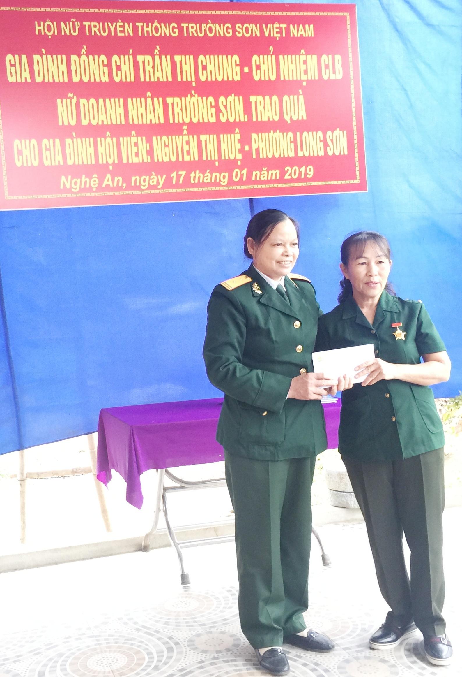 Hội Nữ CSTS VN cùng gia đình Đ/c Trần Thị Chung hỗ trợ Hội viên Nguyễn Thị Huệ tỉnh Nghệ An làm nhà tình nghĩa