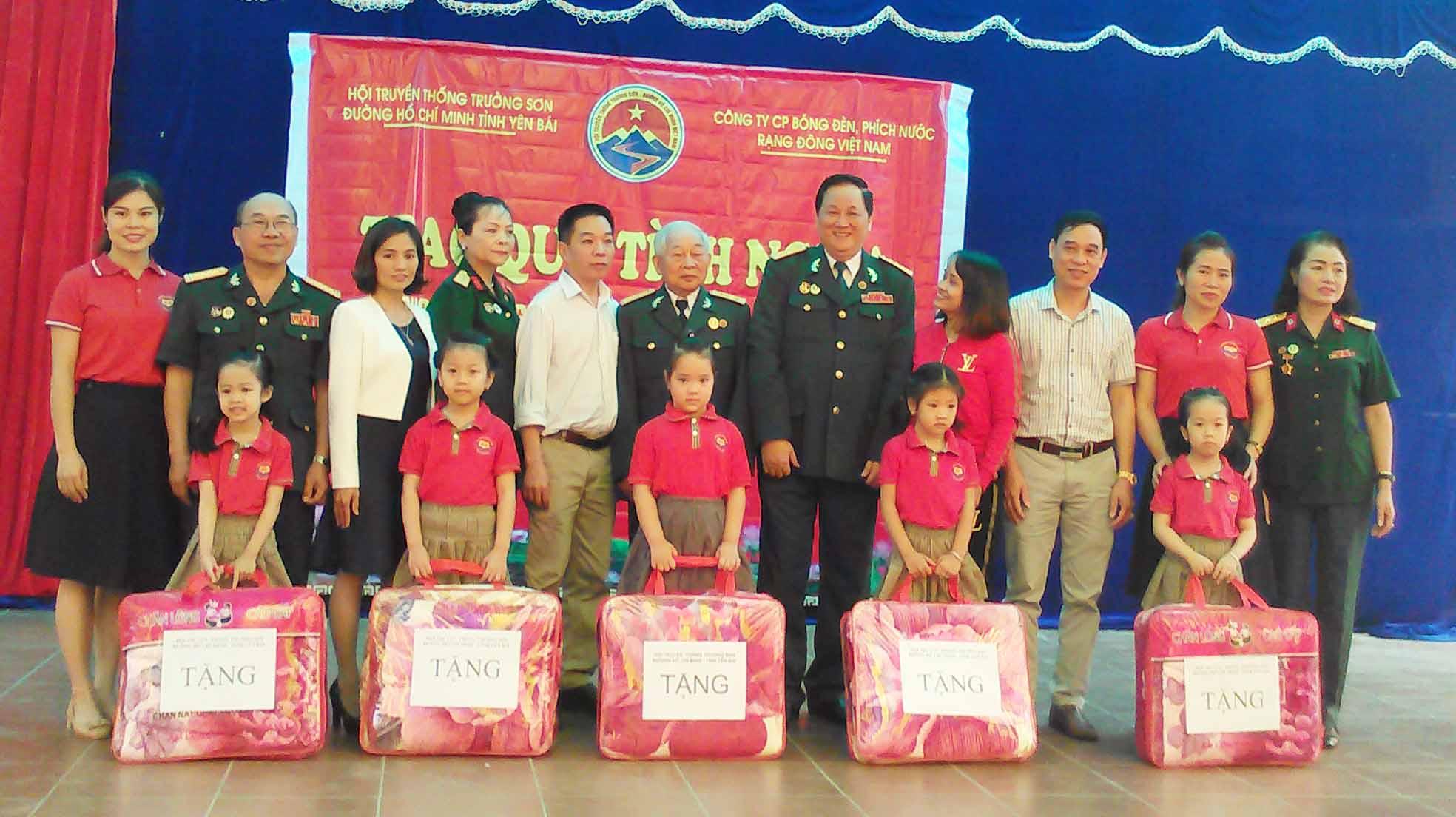 Hội TS Yên Bái tặng quà học sinh vùng cao
