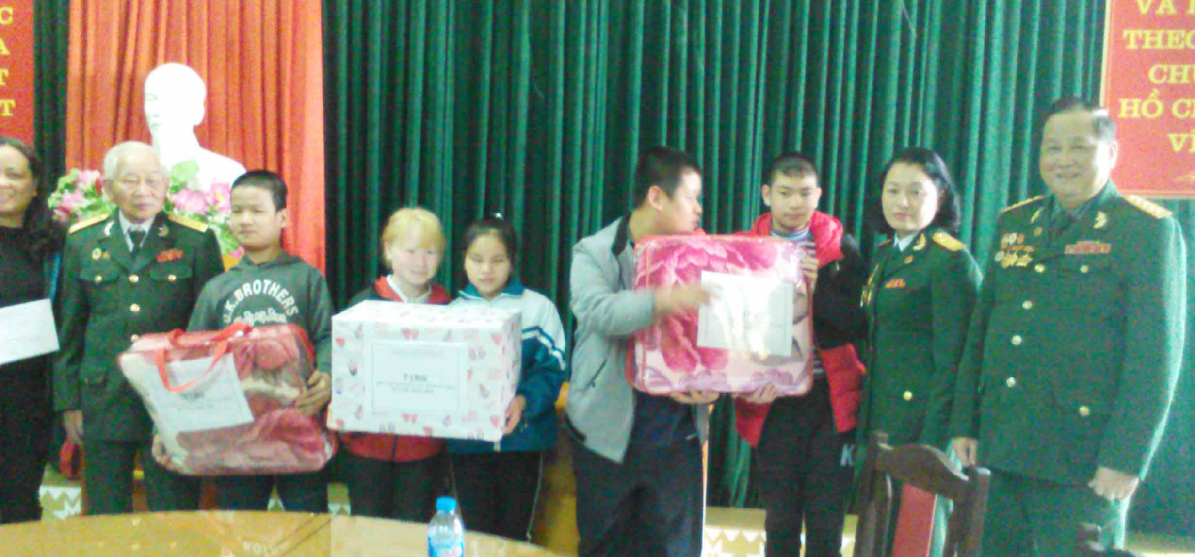 Hội TS Yên Bái thăm và tặng quà Trung tâm hỗ trợ các cháu khuyết tật.
