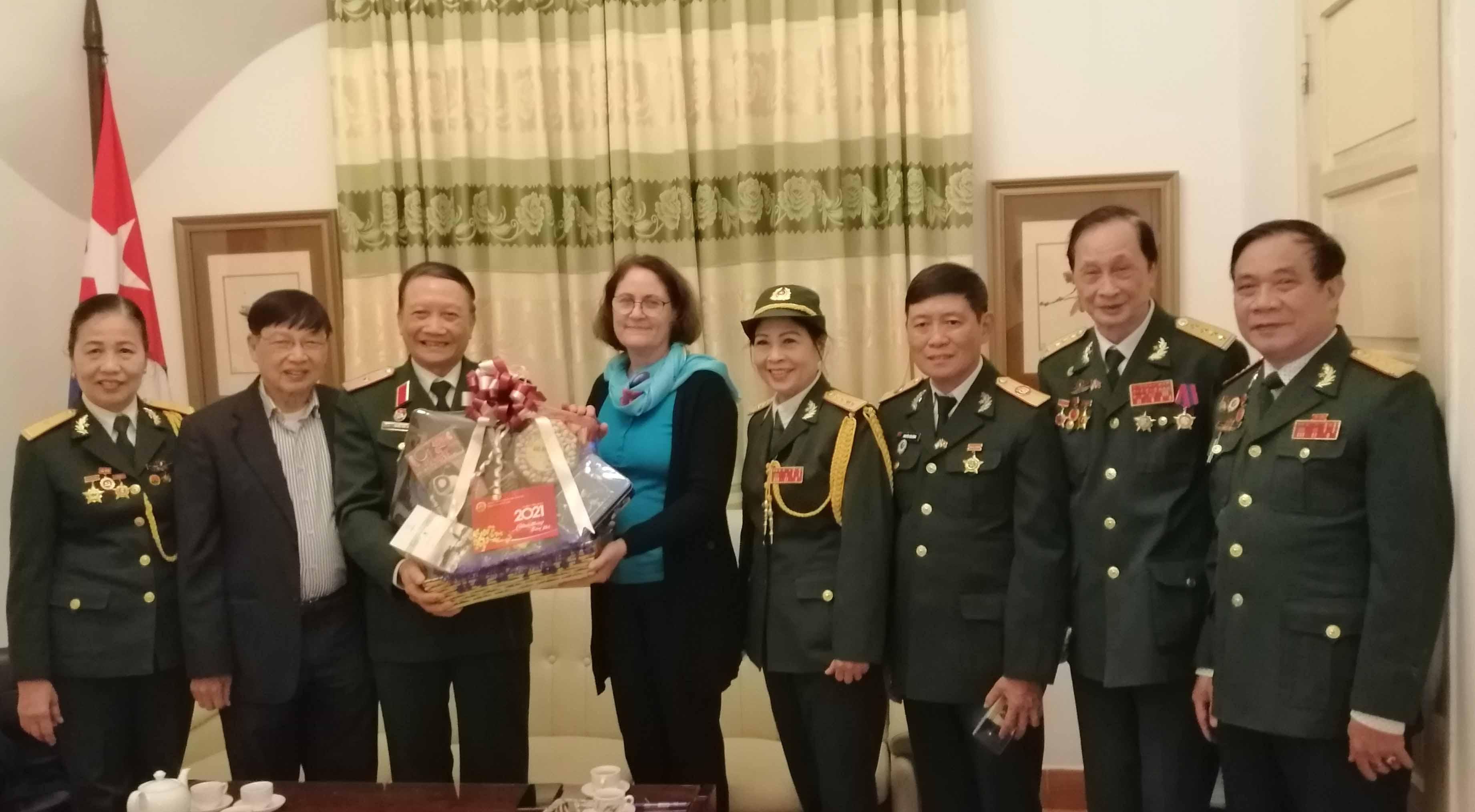 Hội TS Việt Nam thăm, tặng quà Đại sứ quán Cuba