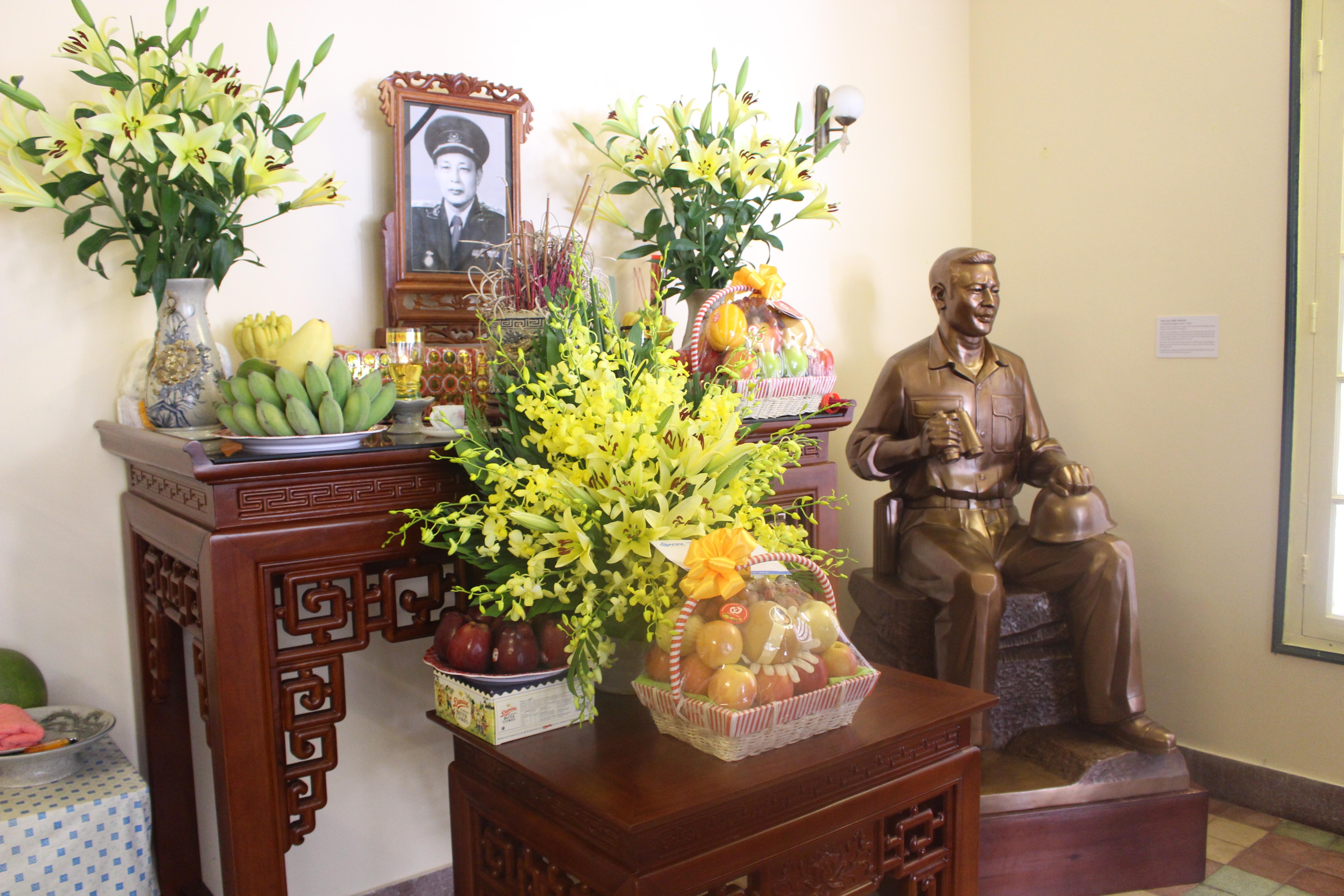 Tập đoàn Thái Bình Dương trao tặng Pho tượng đồng Trung tướng Đồng Sỹ Nguyên cho gia đình Trung tướng.