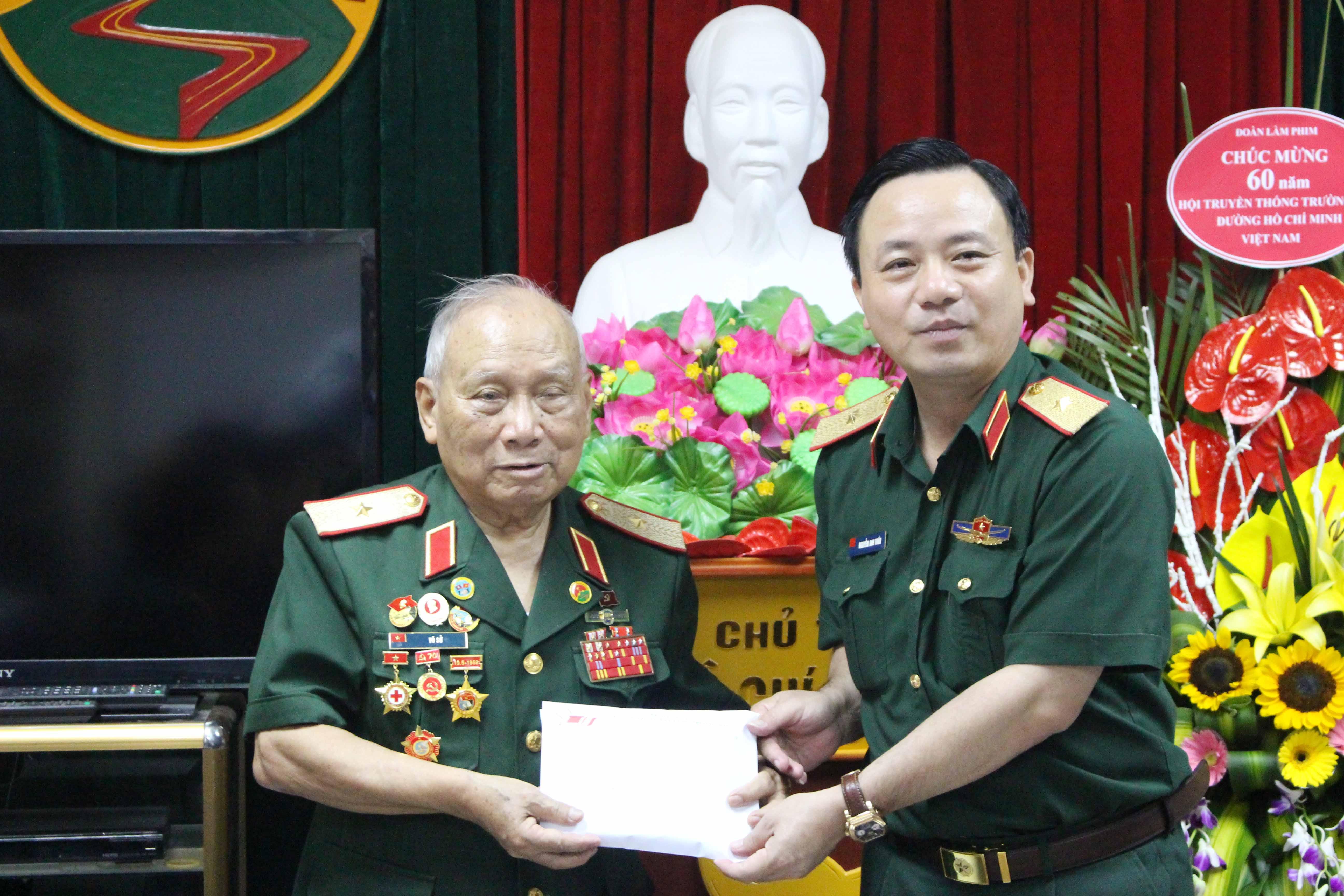 Binh đoàn 12 tặng 200 triệu đồng, tặng sách cho Hội.