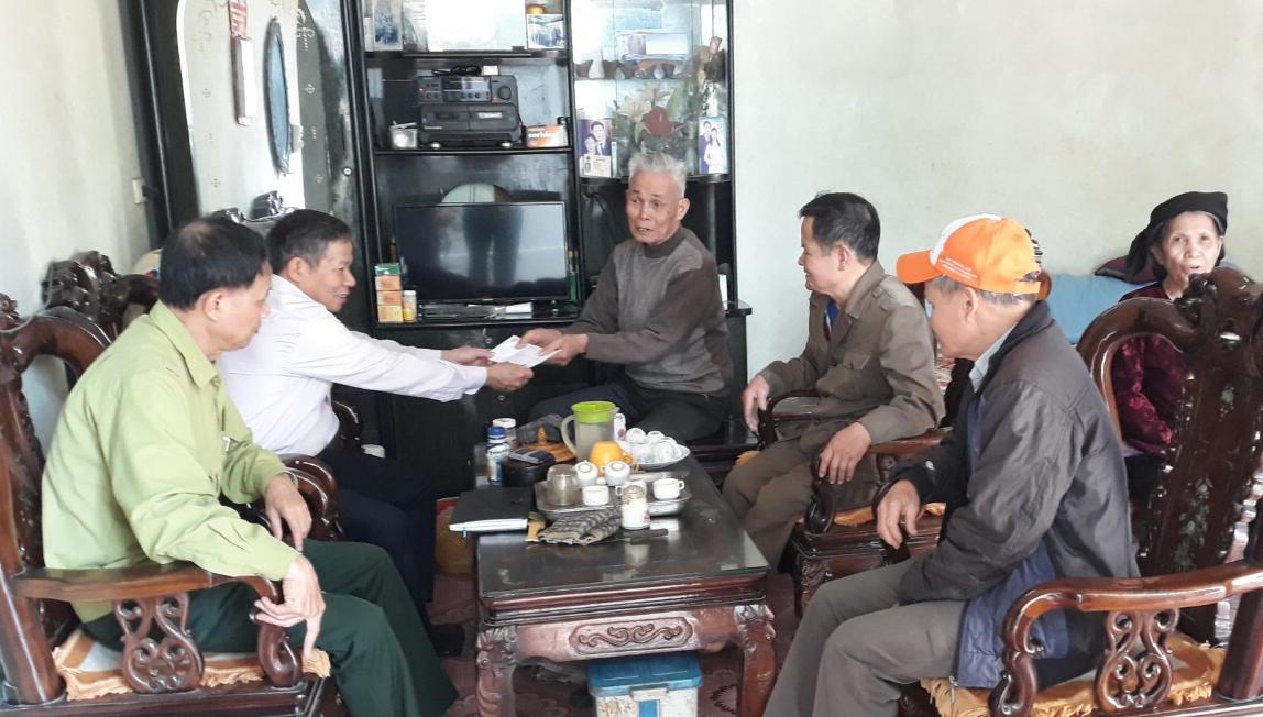 Liên Hội CCB và Hội Trường Sơn xã Hương Ngải (Thạch Thất- Hà Nội) chúc Tết tặng quà hội viên.