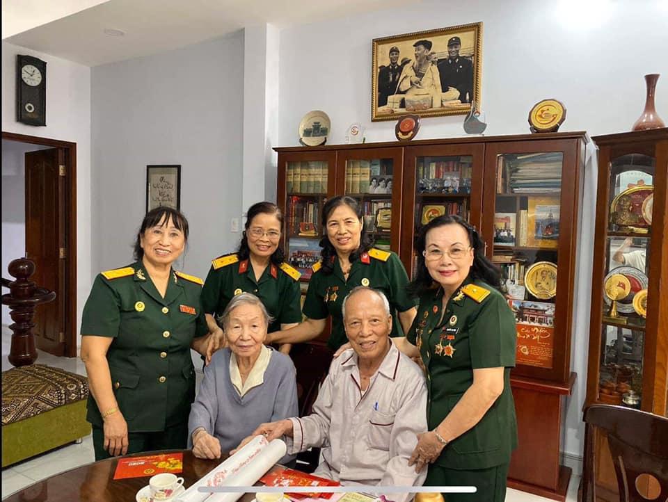 BLL Nữ CSTS Tp. Hồ Chí Minh tặng quà Tết đối tượng chính sách và Hội viên nghèo