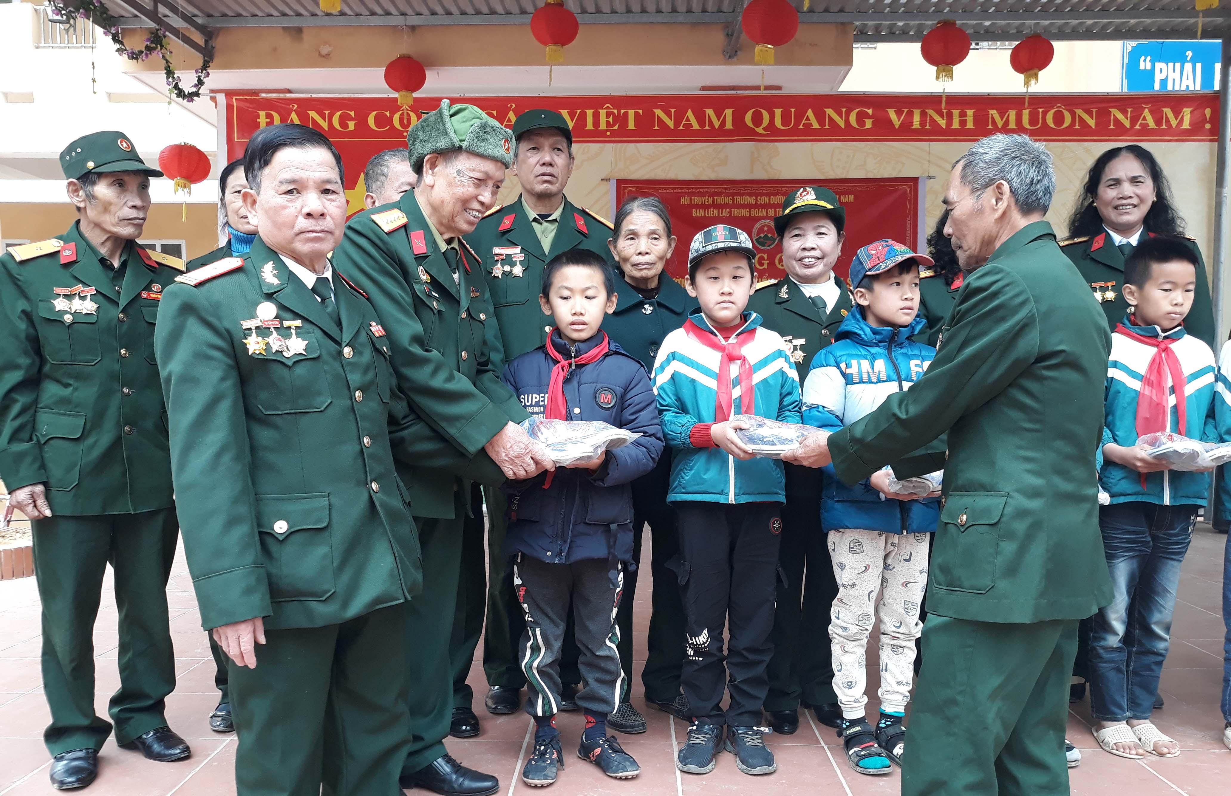 Ban Liên lạc Truyền thống TS Trung đoàn 98 anh hùng tặng quà cho học sinh tại Lạng Sơn